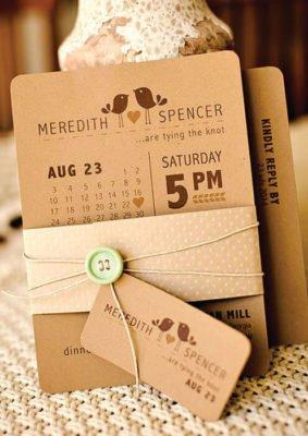 Invitatie nunta pe carton maro si nasturi cu snur
