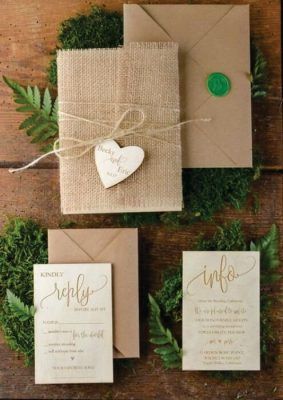 Invitatie nunta rustica - carton maro si panza de sac cu eticheta inimioara